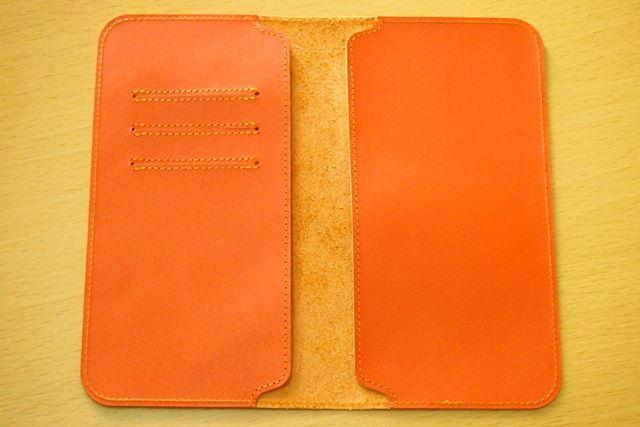 ケースを開いたところ。左側のポケットには3枚分のカードポケットも付属しています