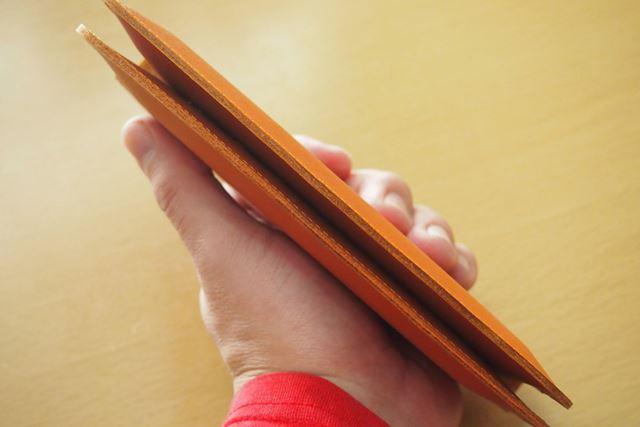 iPhone 6sとZenFone 5を収納して閉じたところ。ケースが薄くできているので、それほど厚みはありません