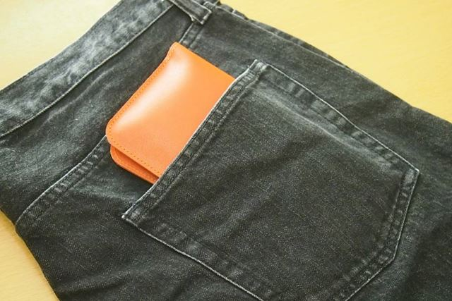 3分の1ほどはみ出してしまいますが、ジーンズのポケットにも簡単に収まります
