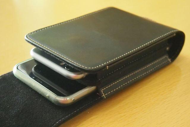 2台のスマホは重ねるように収納します。カバーケースを付けたままのZenFone 5でも問題なく入りました