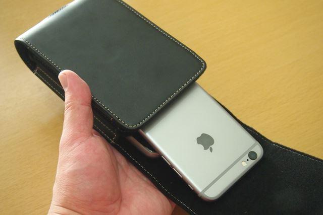 フリップカバーを開けた状態で傾けると、iPhone 6sはスルッと落ちてしまいます