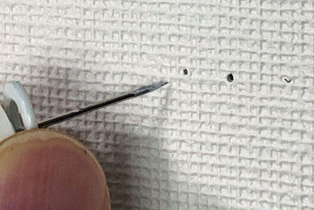 突起まで刺さずに先端だけを刺すと普通に穴が開きます