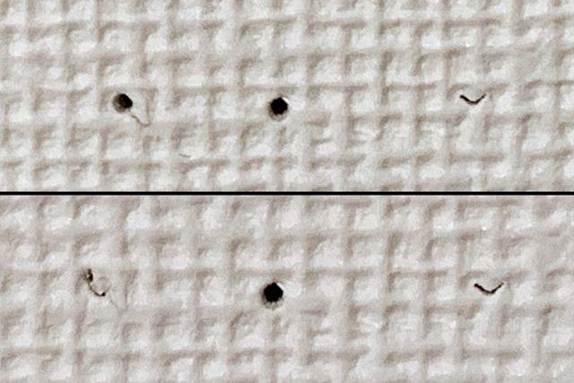 先端だけで開けた穴(上)と、突起まで刺し込んだ穴(下)を比べてみると、違いは歴然ですね