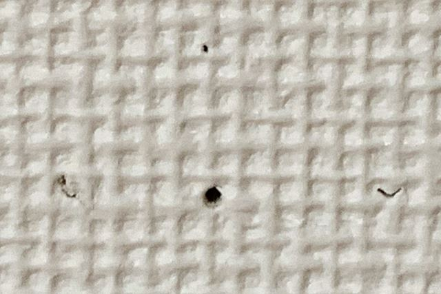 穴の大きさが明らかに小さいですね。こちらも少し離れれば穴の存在にはほとんど気付かないでしょう