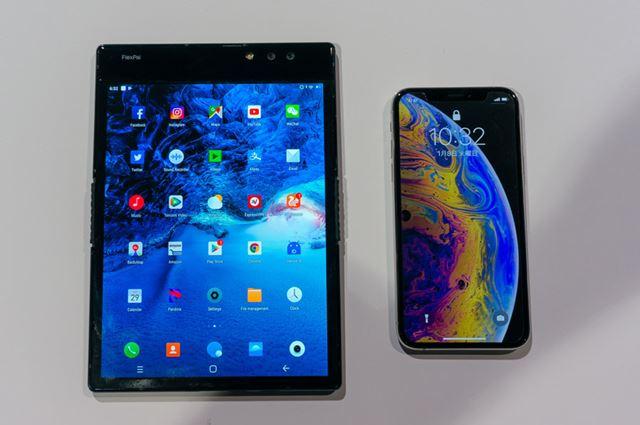 「FlexPai」(左)と「iPhone XS」(右)の比較