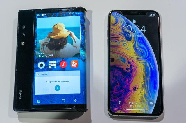 「iPhone XS(右)」と比べると高さはほぼ同じで、横幅が少し大きくなっています