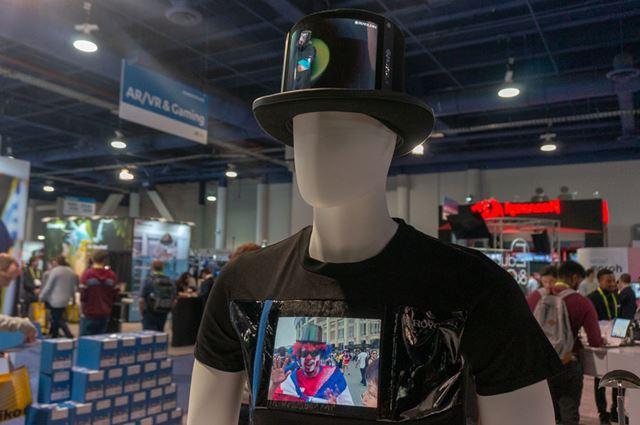 帽子や服に付けられるディスプレイの展示