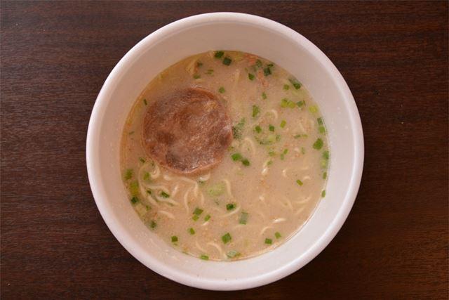 完成図としてはシンプルな印象ですが、太めの麺は独特