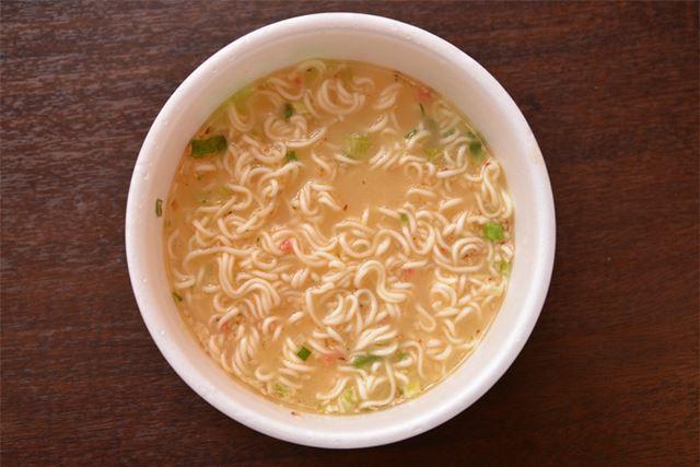 赤い粒が、明太子のそぼろ。スープには明太子パウダーも入っていて、魚卵特有のコク深い風味が漂います