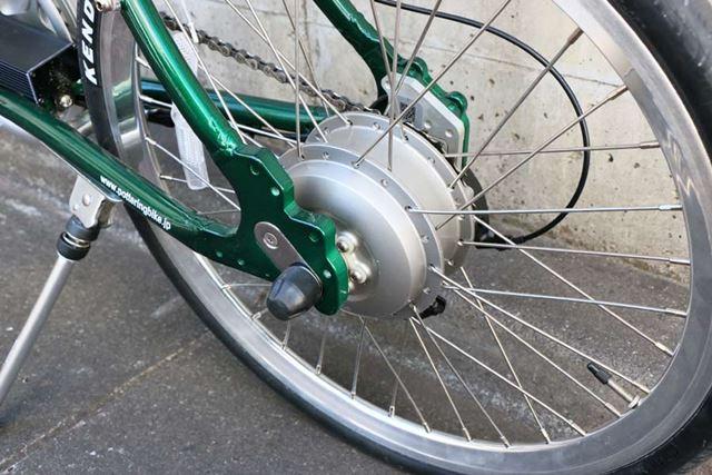 モーターユニットがリアホイールの軸に搭載されているので、電動アシスト自転車にはまず見えない!