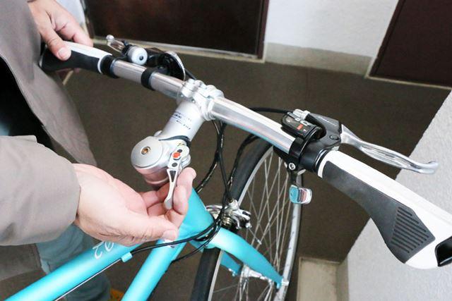 工具は不要。ステム部のレバーを起こすだけで、ハンドルを回転させられる