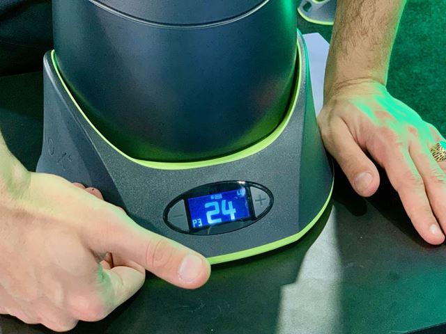 重りの変更は台座のボタンを押すだけ。内部にあるピンが、設定した重量分の重りをセットしてくれます