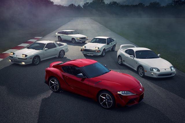 トヨタ「スープラ」の歴代モデルの画像。中央の赤いクルマが、今回発売される新型「スープラ」だ