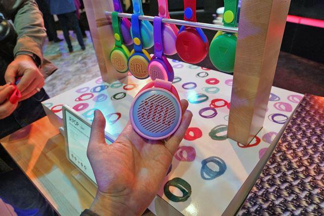 JBLのユニークな子供向けBluetoothスピーカーが「JR POP」。本体が光りヒモでかけられるデザイン