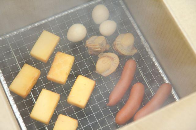 燻製中の様子。いい感じに仕上がっています。チーズは溶ける心配がなさそうなのでアルミホイルを外しました