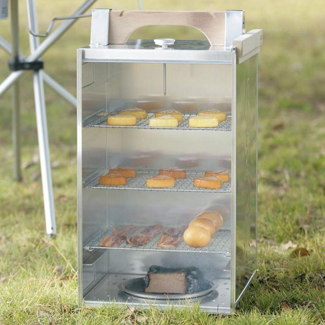 スモークウッドで「温燻」している様子。網が3枚付属しており、食材をたっぷりと載せることができます