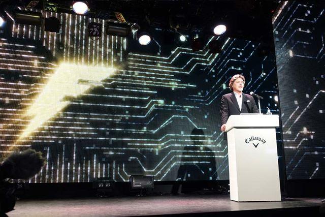 発表会の会場は、コンピューターをイメージした演出で彩られていました