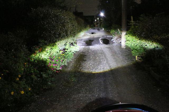 実際に点灯させると、このような感じ。ライトの明るさも十分にあるので、夜間の走行も安心だ