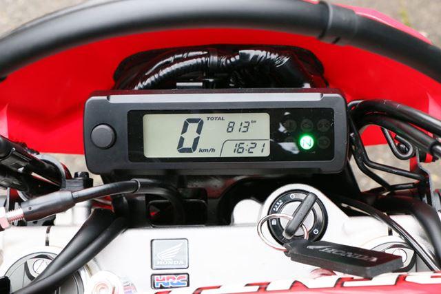 メーターも表示される要素は最小限。オフロードバイクらしく、タコメーターは装備されていない