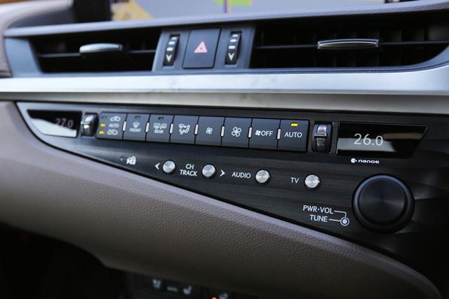 デザイン重視なのか、エアコンなどのボタンは小さく、同じようなボタンが並んでいるので使いづらい