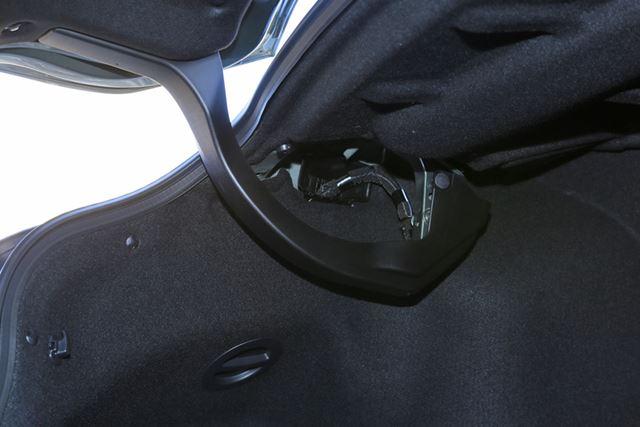 トランクのヒンジがむき出しなので、この下に荷物を置かないように注意したい