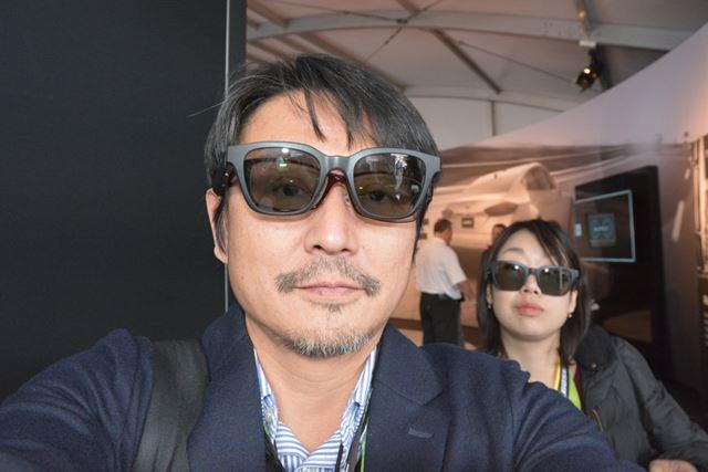 やや大きめの「Bose Frames」は、メガネの上からでも装着できます
