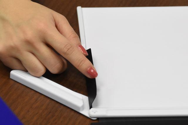 バネを使わないスライド式のクリップ。菅さんが指を差しているのが紙押さえパーツ