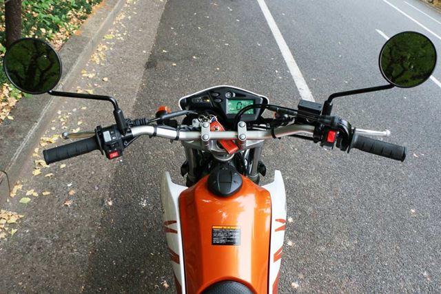 メーターに表示される情報は最小限だが、オフロードバイクらしいシンプルなコックピットによく似合う
