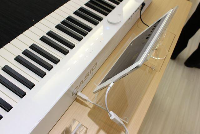 スマホ/タブレットなどの操作デバイスは、USB接続して譜面台に設置すると収まりがよい