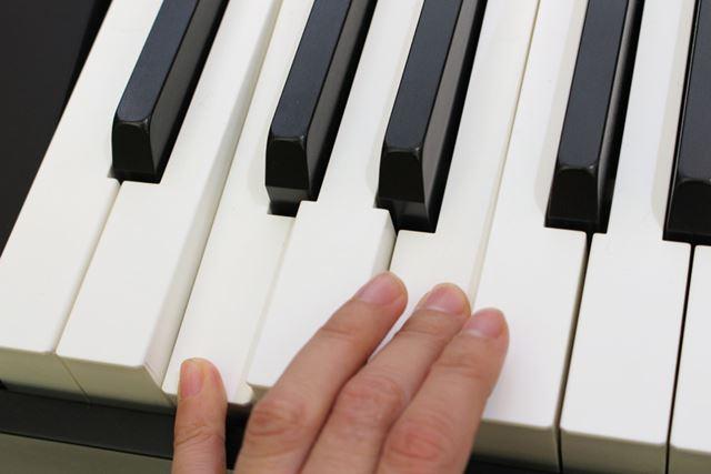 白鍵は象牙調、黒鍵は黒檀調になっていて、質感も高い