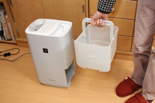 水タンクは長方体のバケツ状。大型の取っ手が持ちやすい