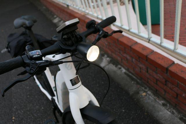 すでに薄暗いのでライトを点灯。バッテリーから電力を供給する仕様のため、電池切れの心配も少ない