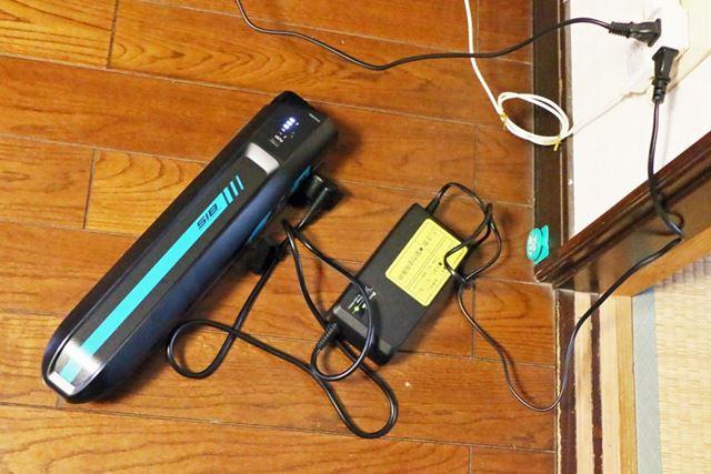 バッテリーは車体から取り外して充電可能。バッテリー残量ゼロの状態から満充電になるまで、約3時間かかる