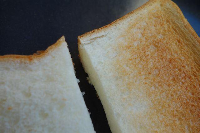 心なしか、無印に比べてトーストした際の縮み方が穏やかな気がします。黄金に輝く焼き色は相変わらず