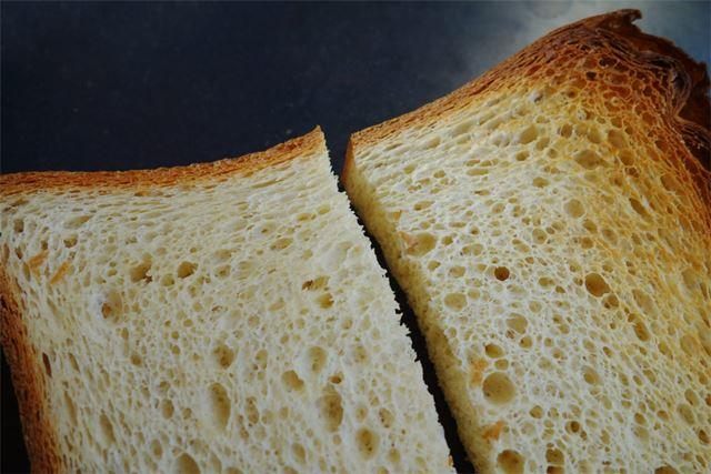 ほかのパンよりちょっと薄めで届きました。ふんふん、匂いはパンですね