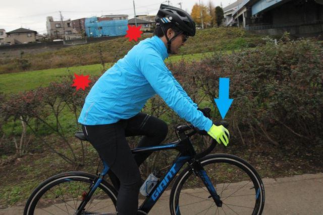 体幹が使えずに手に荷重がかかり過ぎると、路面からの振動が肩や首、腰などへの痛みとなって現れる