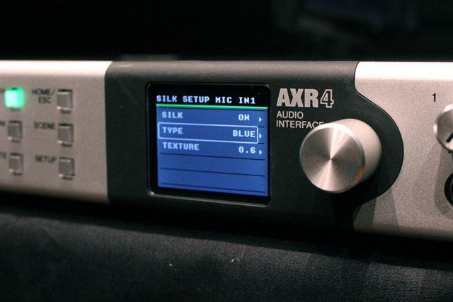 視認性の高いフロントディスプレイを装備。SILKプロセッシングのモードなどの各種設定が確認可能