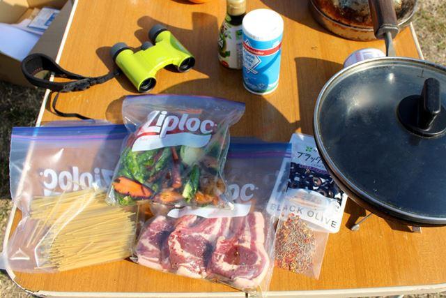 用意した食材はこちら。ちなみに左上の音楽フェスに最適だという双眼鏡は辻村さんがデザインしたもの