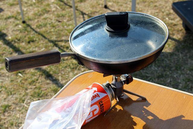 アウトドア用の鍋ではなく愛用のフライパンを持参。鉄製で高温にも強くさびず長く使える優れもの