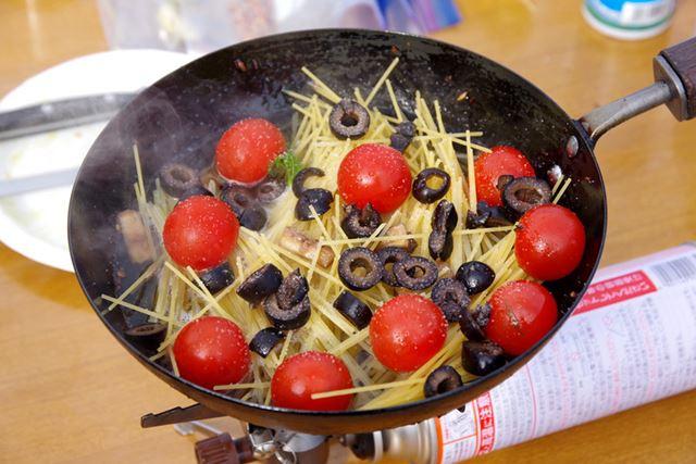 肉と野菜を焼いた鍋で、そのままフィデウアを作る。アウトドアなので燃料が節約できる細いパスタをセレクト