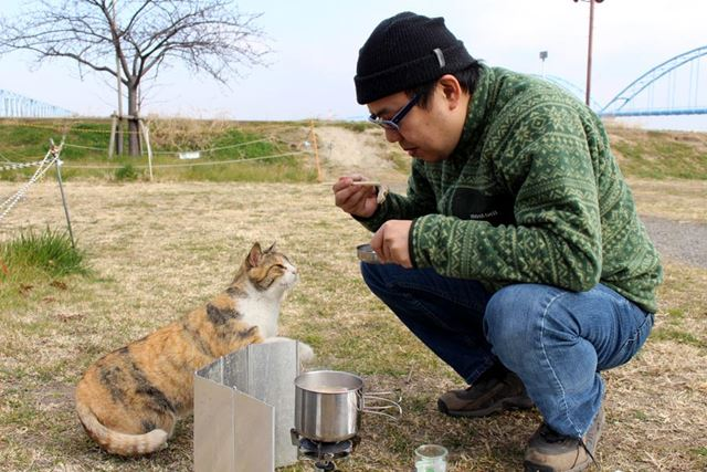 「おまえも食べたいのか? でも野良猫にエサをあげるのは……」