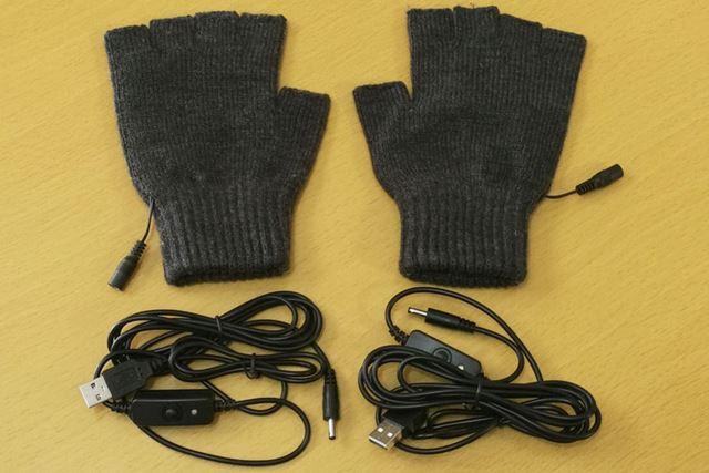 内容物は手袋本体が1組にケーブルが2本と簡潔です