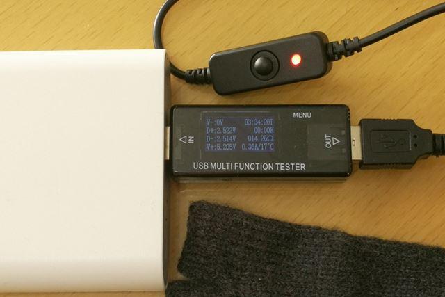 USBテスターで出力をチェックしているところ。おおむね5.2V/0.36Aで動作していました