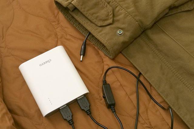 手袋本体のコネクターにつなぐ先端部分が上着の袖口から出るように、ケーブルを袖に通します