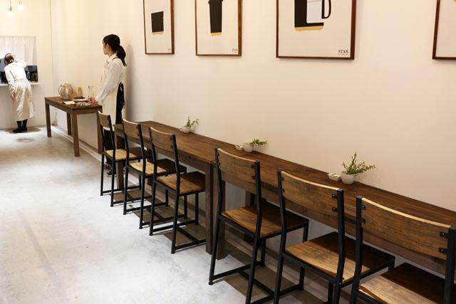 ショップの1F、2Fにテーブルと椅子が用意されているので、試飲・試食はゆったりと座って味わえます