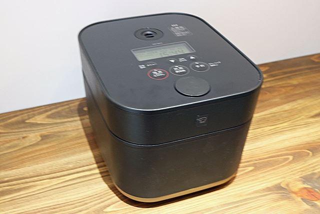 炊飯容量は5.5合で、サイズは235(幅)×290(奥行)×195(高さ)mm。炊飯時の消費電力は1,115W