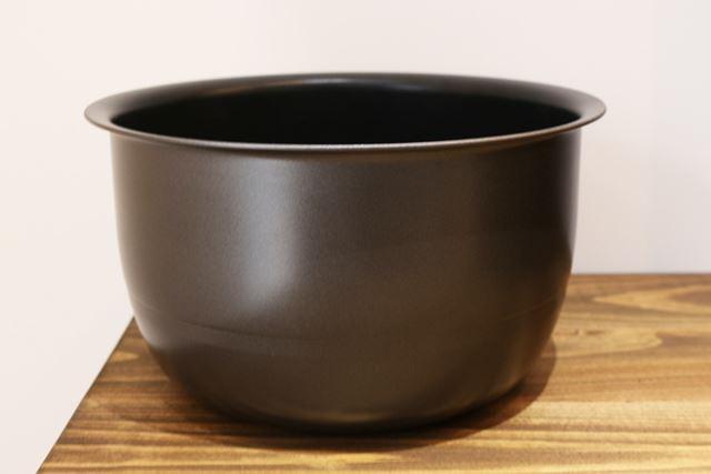 内釜は釜厚1.7mm。軽量なので、米や水を入れてから持ち運ぶのも苦になりません