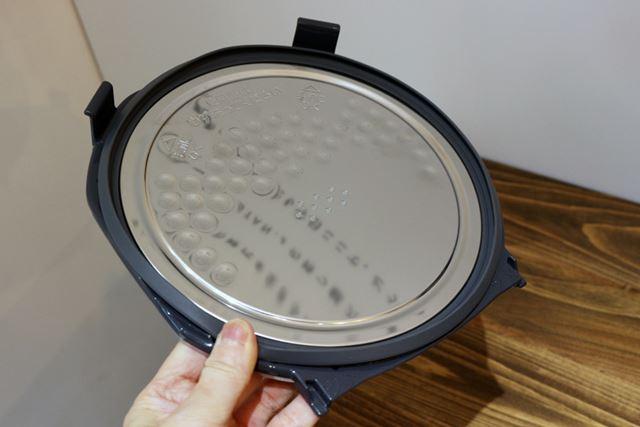 蒸気を受けるトレイのない仕様なので、洗い物が内ぶたと内釜のみと少ないのも◎