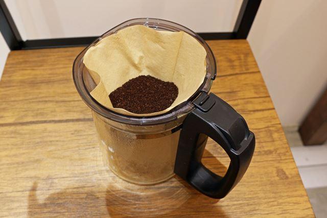 コーヒーを淹れる際には、バスケットにペーパーフィルターを取り付け、コーヒー粉をセット