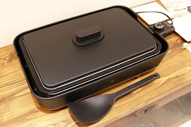 サイズは445(幅)×305(奥行)×140(高さ)mmで、消費電力は1,200W。樹脂製のヘラが付属します